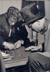 Bild: Kleine Spieler beim Auswerten des Zylinders, ca. 1956