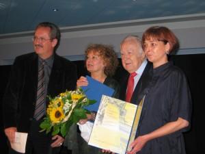 Foto: Preisverleihung an das Kleine Spiel - OB Christian Ude, Laudatorin, Ernst Hofmeister, Nicola v. Otto
